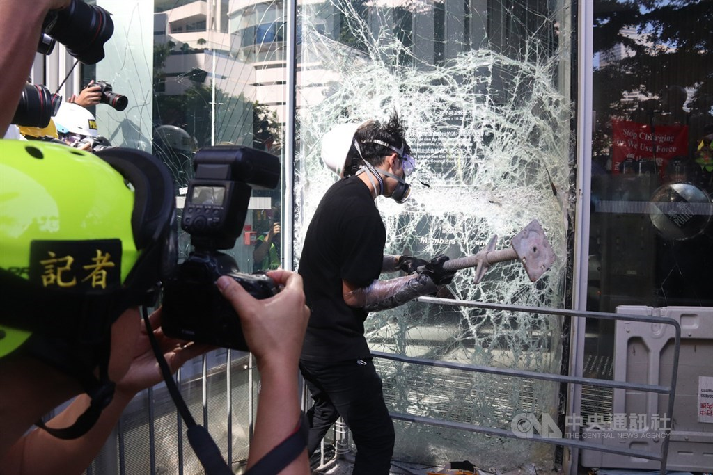 香港大批反修訂逃犯條例示威者1日占領立法會大樓並破壞部分設備,讓輿論出現逆轉,泛民主派也承受壓力。(中央社檔案照片)