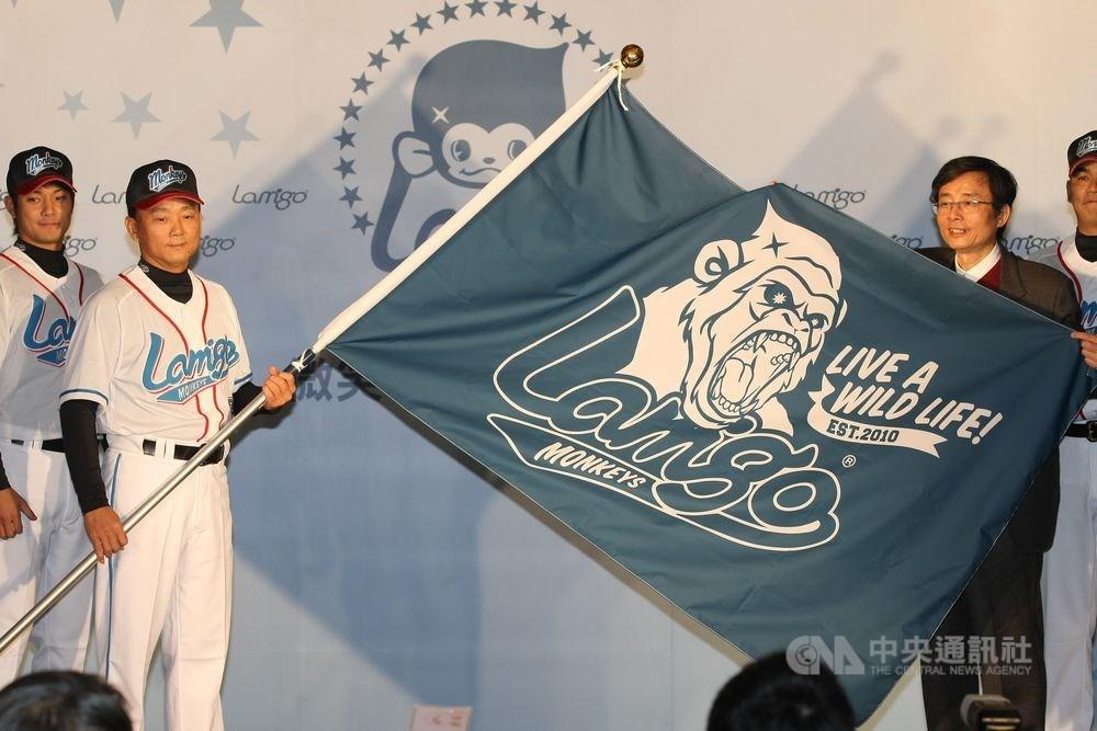 2004年達達集團接手第一金剛隊經營權,球隊名稱改為La New熊隊,2011年底更名為「Lamigo Monkeys桃猿隊」,老闆劉保佑(右)與總教練洪一中(左2)展示球隊新LOGO。(中央社檔案照片)