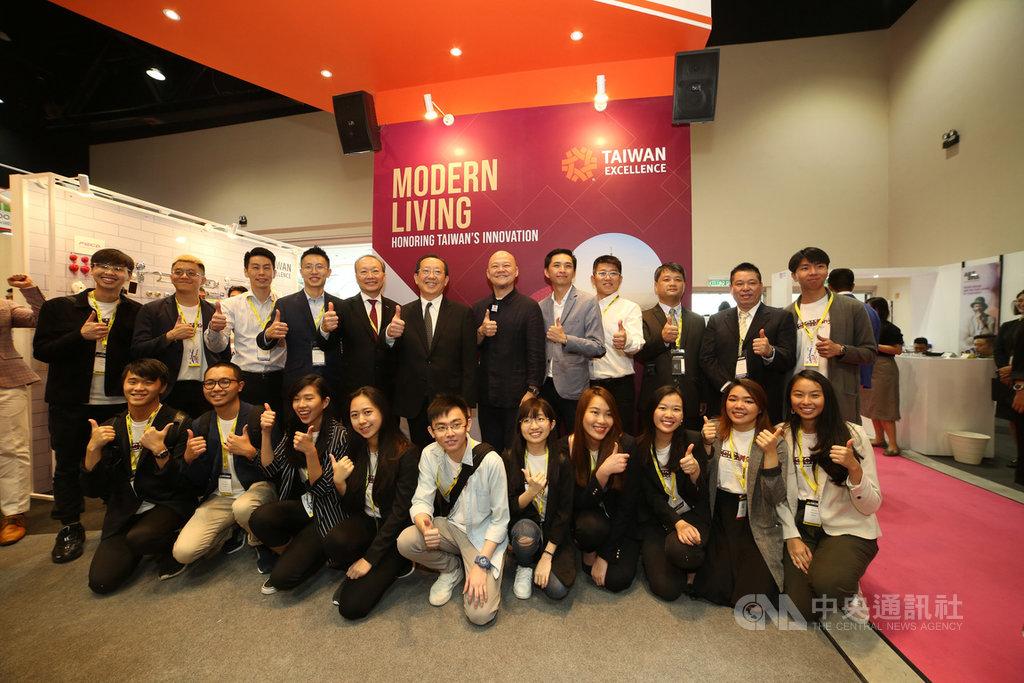 駐馬來西亞台北經濟文化辦事處經濟組組長徐大衛(後排左6)3日出席「馬來西亞國際建築、室內設計及建材展覽會(ARCHIDEX)」。台灣精品館有21家廠商參展。(吉隆坡台灣貿易中心提供)中央社記者蘇麗娜吉隆坡傳真  108年7月3日