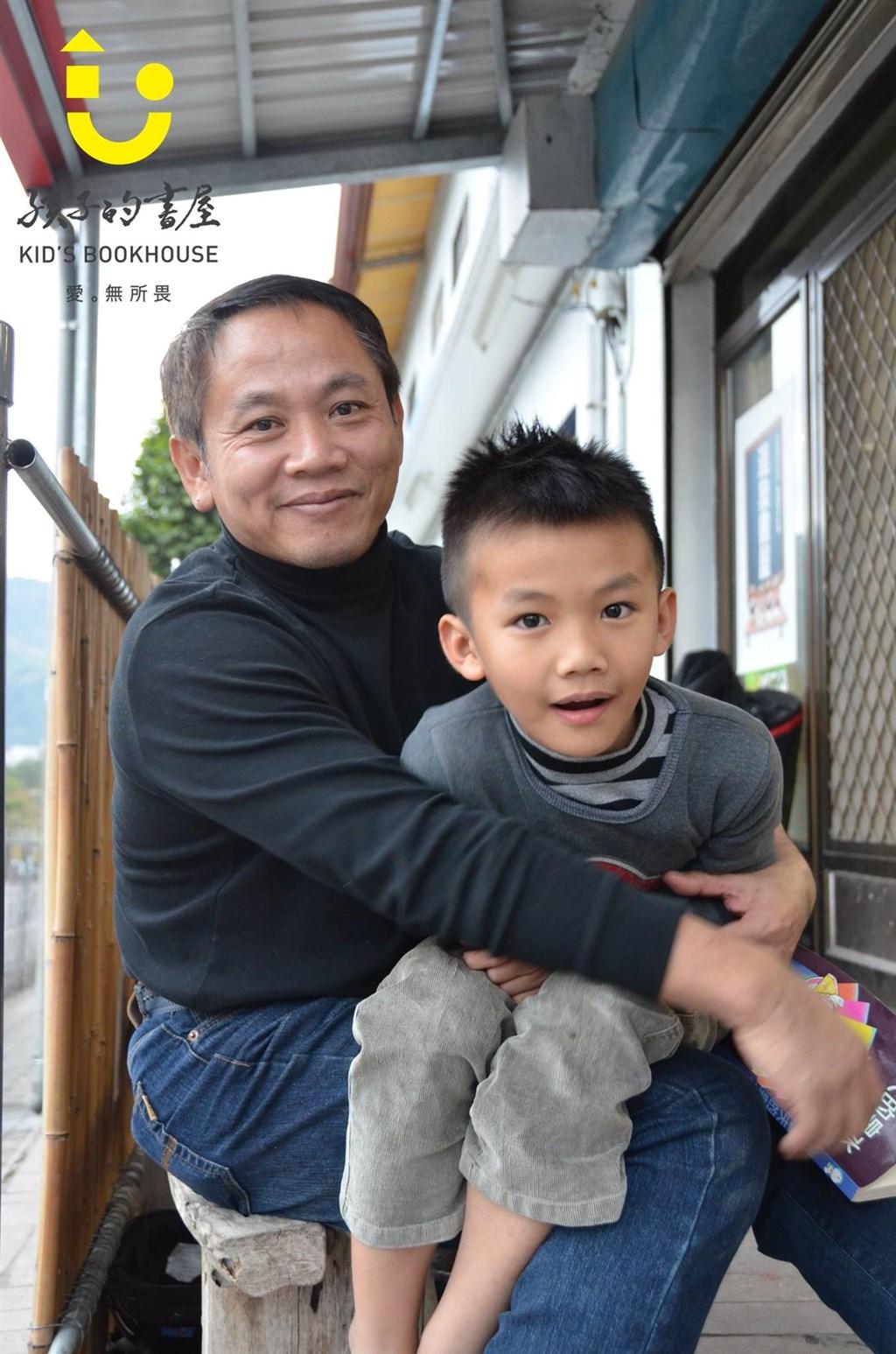 長年在台東投入輔導教育的「孩子的書屋」創辦人陳俊朗(左),4日過世,享年55歲。(圖取自facebook.com/bookhouse.org.tw)