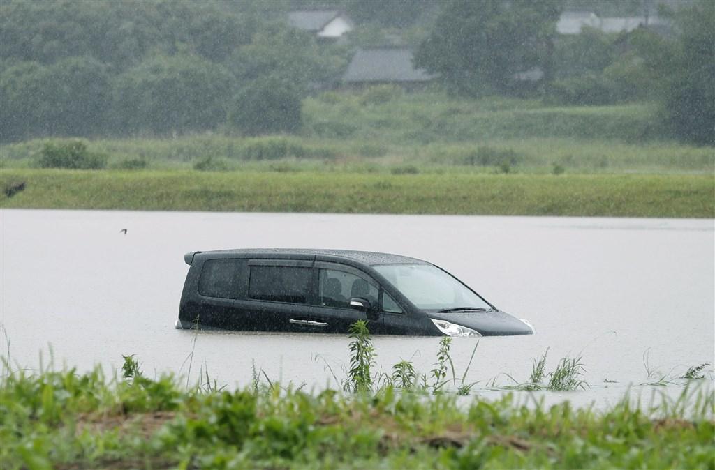 日本九州3日降下破紀錄大雨,鹿兒島縣曾於市積水造成車輛被淹沒。(共同社提供)