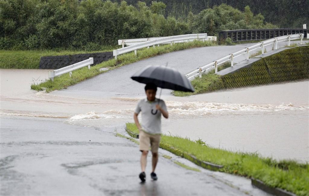 受梅雨鋒面的影響,日本九州南部3日降下大雨,從6月底至今累積雨量已達1000毫米,超過去年西日本豪雨的總雨量。圖為鹿兒島縣曾於市一處路面積水。(共同社提供)