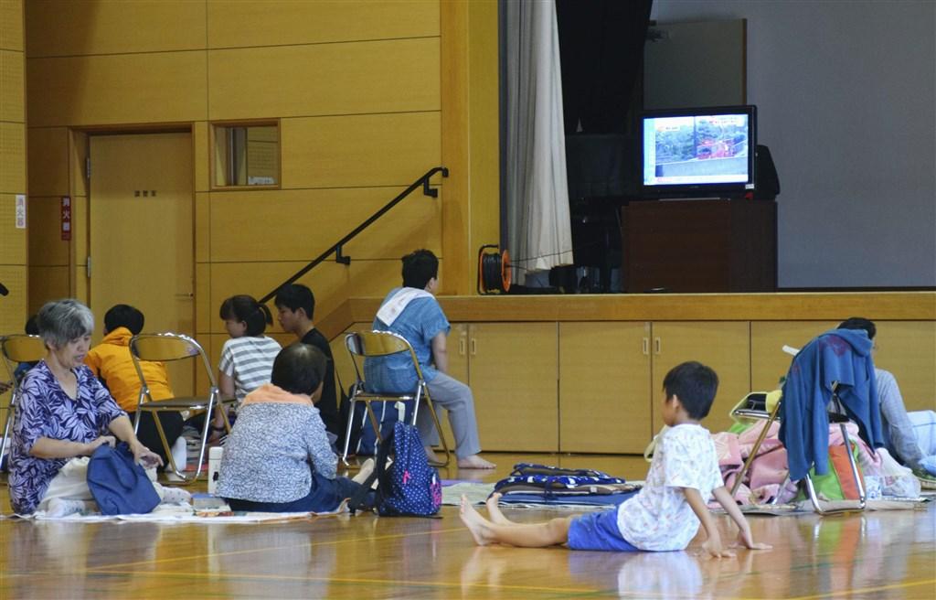 根據日媒報導,九州各縣3日已至少7594人暫居避難所。圖為熊本縣一處避難所內情形。(共同社提供)
