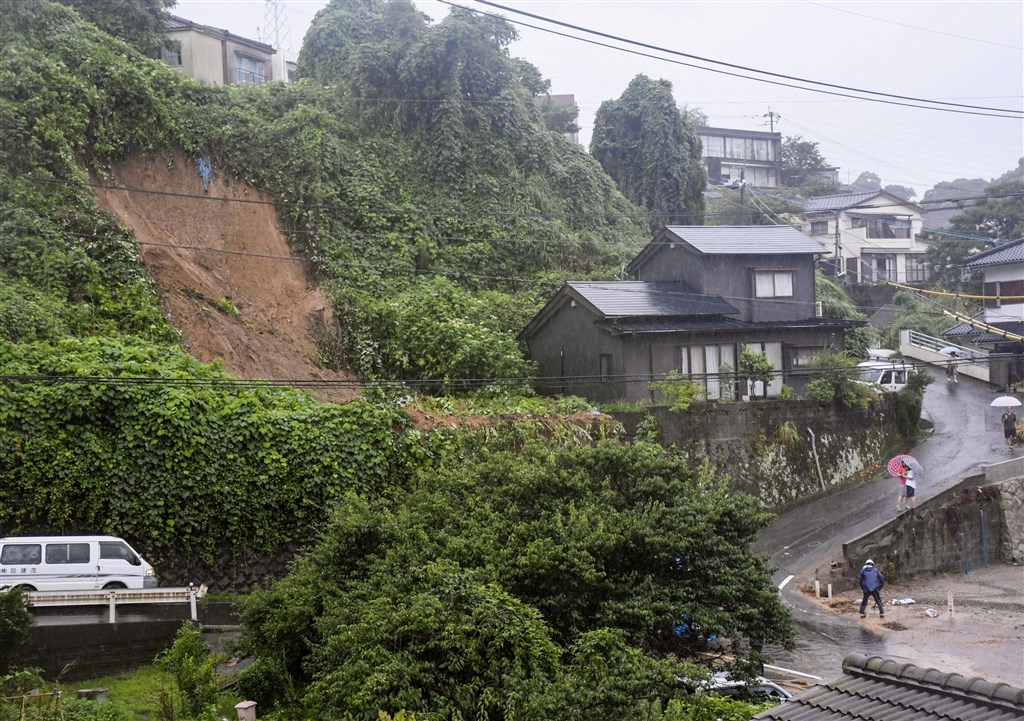 日本九州3日降下大雨,鹿兒島市出現土石崩落災情。(共同社提供)