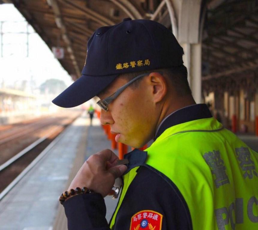 鐵路警察李承翰(圖)3日晚間在台鐵嘉義站登上自強號處理補票糾紛,遭情緒不穩男子持刀刺傷,4日上午宣告不治。警方表示,李承翰是警專31期第一名畢業,12日將過25歲生日。(警方提供)中央社記者江俊亮傳真 108年7月4日