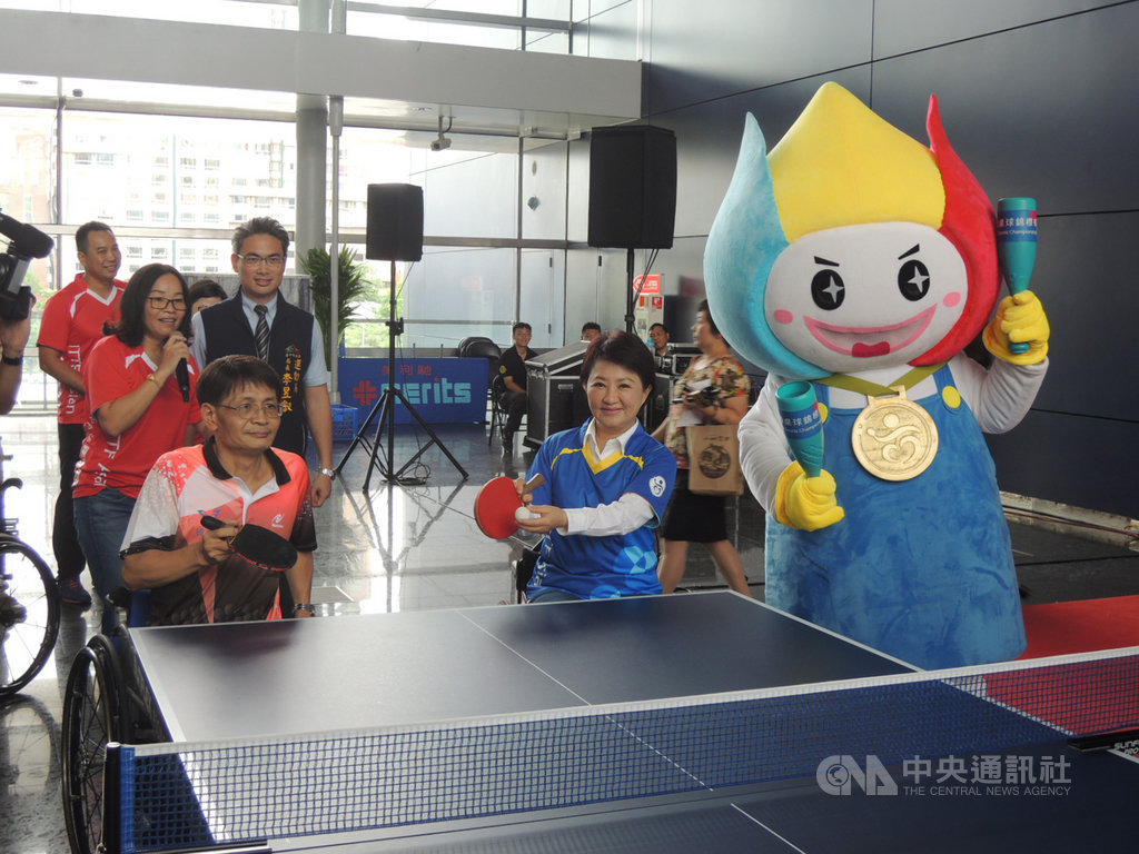 2019年亞洲身心障礙桌球錦標賽將於23日到27日在台中市開賽,台中市長盧秀燕(前右)5日出席賽前記者會,並坐著輪椅下場與身障選手對打。中央社記者郝雪卿攝 108年7月5日