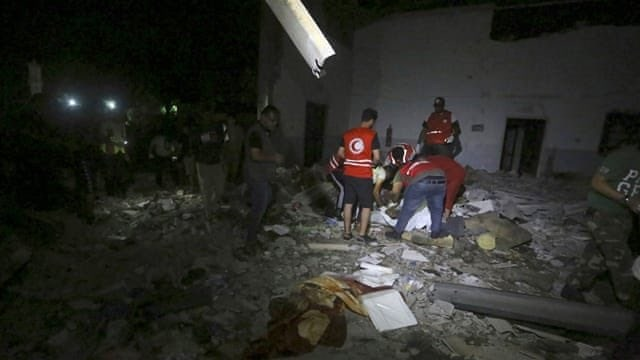 利比亞首都的黎波里附近移民拘留中心2日遭空襲,目前傷亡人數已攀升至53死130傷。(圖取自twitter.com/cochetel)