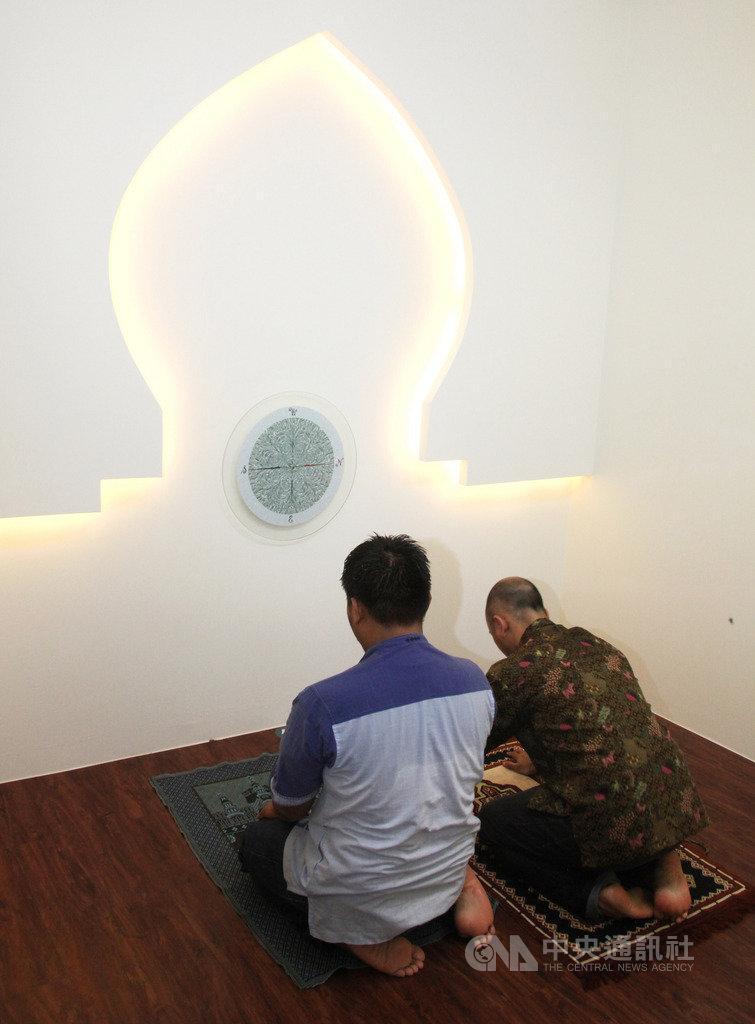 成大醫院5日揭牌啟用穆斯林祈禱室,空間雖然只有3坪,卻是中南部醫院的創舉,也是全國第3間有穆斯林祈禱室的醫院。圖為祈禱空間貼上麥加指向貼紙,方便教徒紀念真主。(成大醫院堤供)中央社記者張榮祥台南傳真  108年7月5日