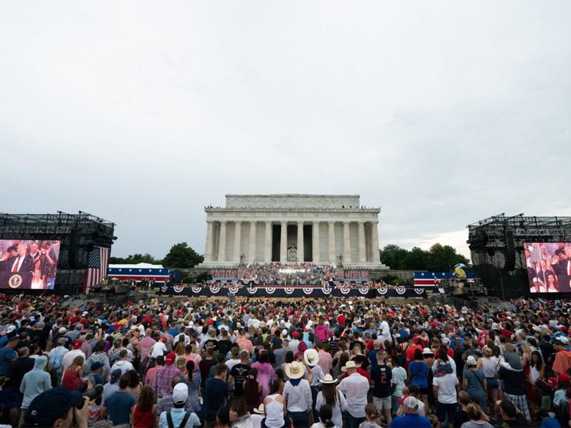 川普4日在國慶典禮上發表演說大讚軍力,但外界也抨擊川普讓慶祝獨立的大日子沾染政治,變成他的個人秀,這讓支持和反對者都現身會場。(圖取自twitter.com/whitehouse)