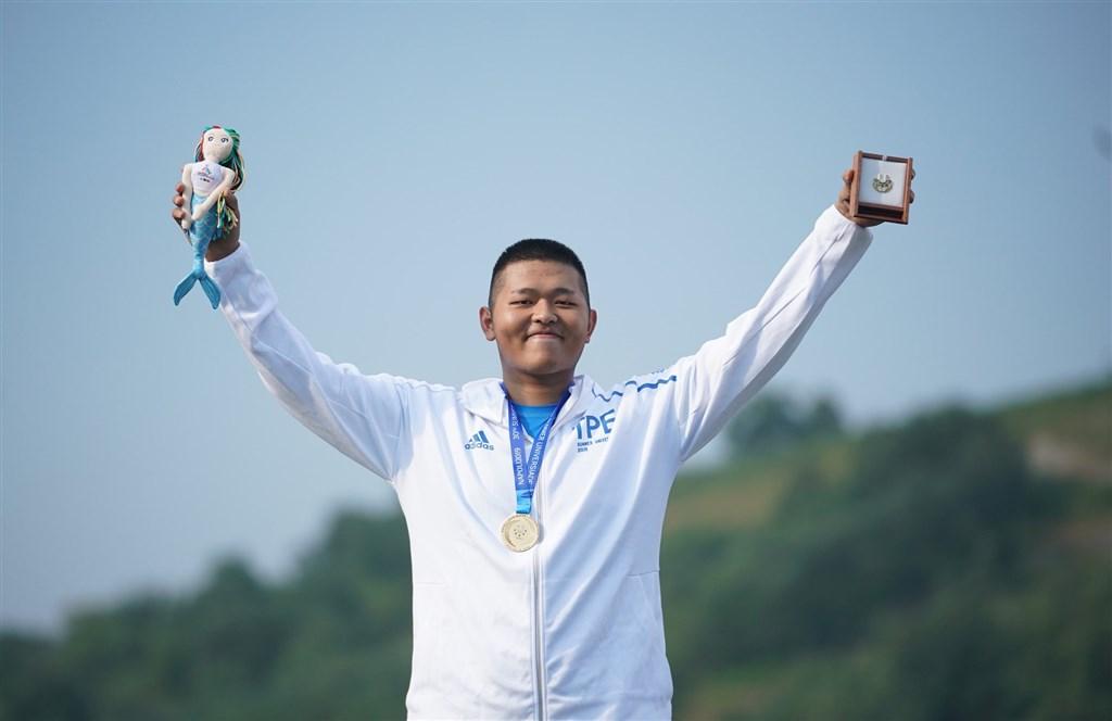 亞運射擊金牌名將楊昆弼5日在2019拿坡里世界大學運動會男子不定向飛靶決賽,以45比44險勝斯洛伐克選手奪得金牌。(圖取自facebook.com/CTUSFSSU)
