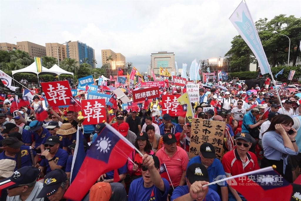 反對公投法修法,國民黨7日下午在凱道舉辦「反鐵籠公投,凱道大會師」活動,大批國民黨支持者齊聚,以行動表達力挺。中央社記者吳家昇攝 108年7月7日
