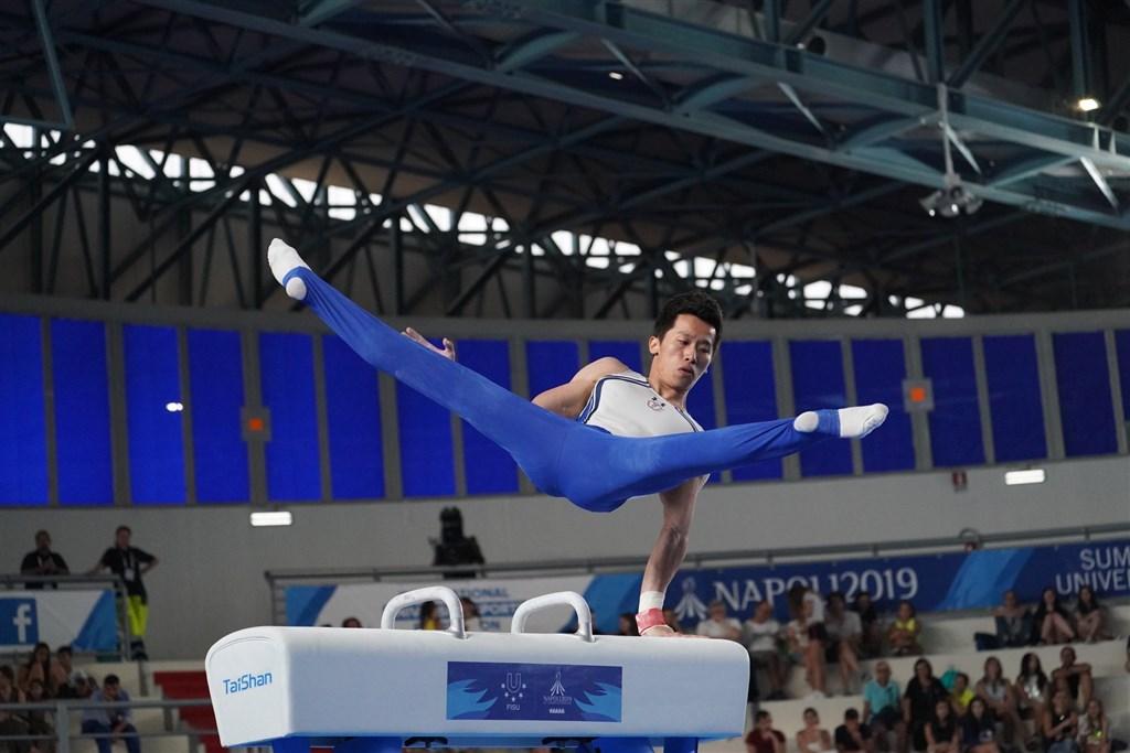 台灣「鞍馬王子」李智凱7日在拿坡里世大運男子鞍馬決賽壓軸登場,他繳出全場最高分,成功寫下2連霸紀錄。(圖取自facebook.com/CTUSFSSU)