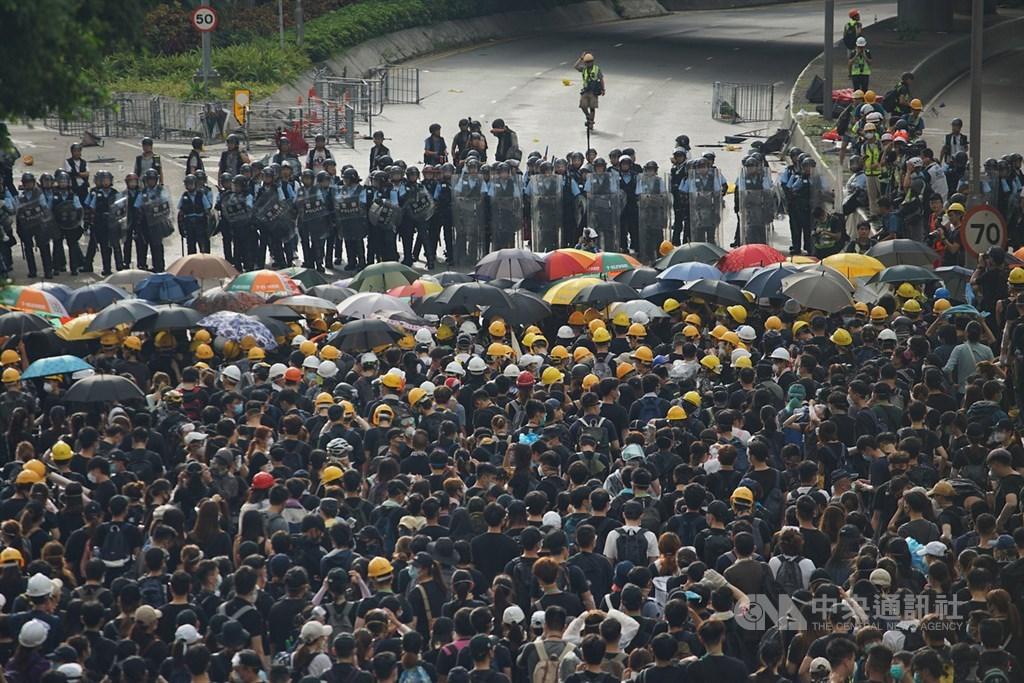 香港「反送中」抗爭餘波盪漾,近期訴求轉向民主與普選。圖為香港民眾1日上街示威。(中央社檔案照片)