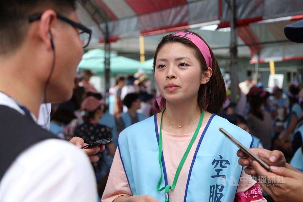 桃園市空服員職業工會理事郭芷嫣(前中)疑涉要對機長食物加料引發爭議,9日發聲明承認是她所說,但純為玩笑話。(中央社檔案照片)