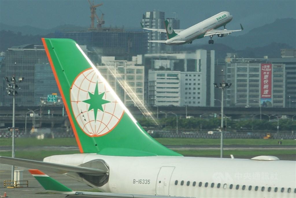 長榮航空9日表示,一名機長在臉書貼文煽動他人加害公司員工,被處以2大過暨免職處分。(中央社檔案照片)