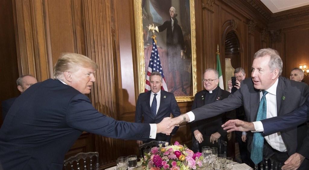 英國駐美大使達洛許(前排右)在近日外洩的機密電文中大罵美國總統川普(前排左)無能,惹惱川普,並引爆英美外交風波,達洛許10日請辭。(圖取自twitter.com/KimDarroch)