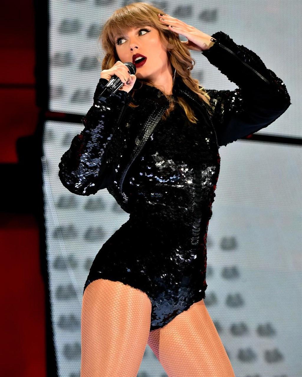 美國人氣女歌手泰勒絲2018年展開「舉世盛名」專輯巡迴演唱,讓她以1億8500萬美元(約新台幣57億元)收入登上富比世2019年百大名人收入榜首。(圖取自facebook.com/TaylorSwift)