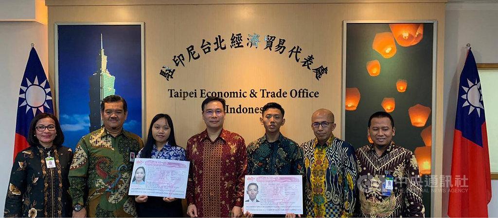 製造業7月起可直接聘僱首次到台灣工作的印尼移工,透過直聘找到工作的Anggie Monicha (左3)、Muhammad Ghani Khusaeni Pratama(右3)11日在中華民國駐印尼代表處率先取得簽證。(中華民國駐尼代表處提供)中央社記者石秀娟傳真 108年7月11日