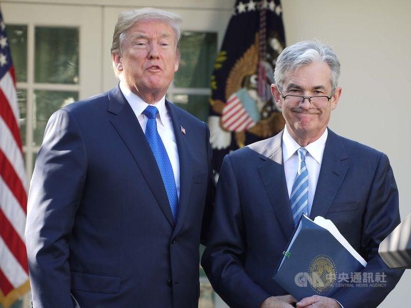 美國聯邦準備理事會主席鮑爾(右)10日表示,就算總統川普(左)試圖開除他,他也不會這麼做,打算做好做滿。(中央社檔案照片)