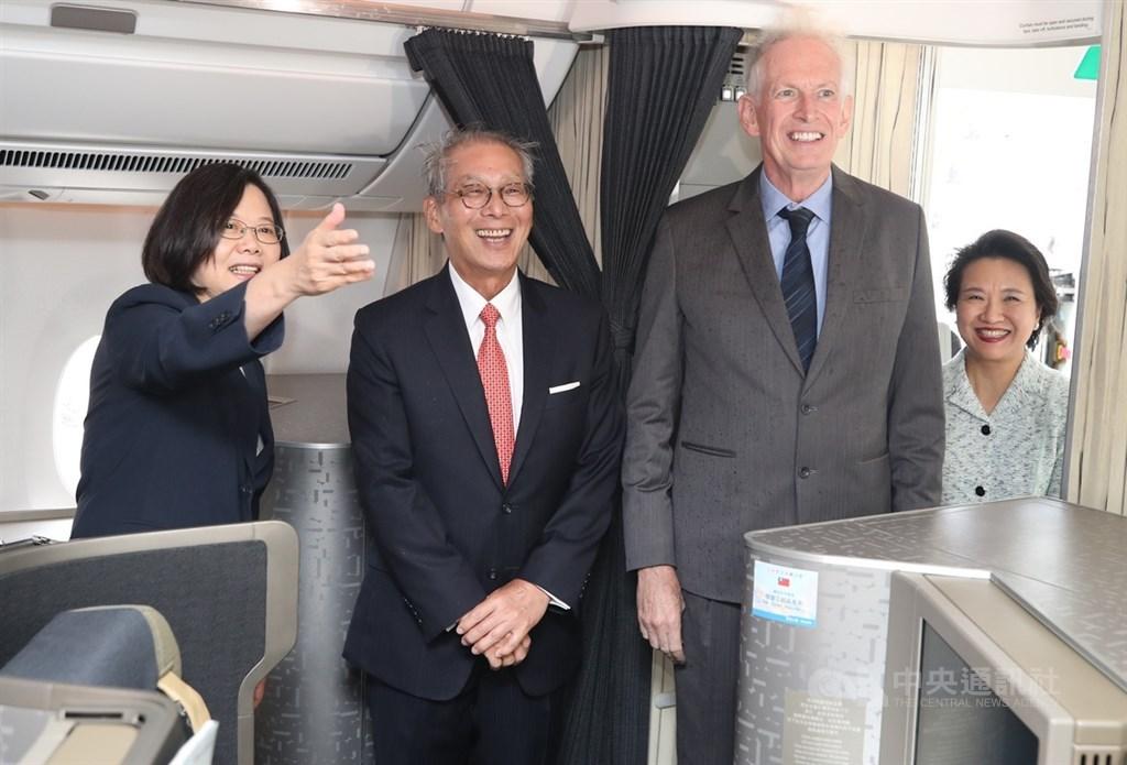 總統蔡英文(左)出訪加勒比海4個友邦,過境美國紐約將停留2晚,美國在台協會主席莫健(James Moriarty)(右2)、駐美代表高碩泰(左2)等人上專機迎接蔡總統所率領的訪問團。中央社記者張新偉攝 108年7月12日