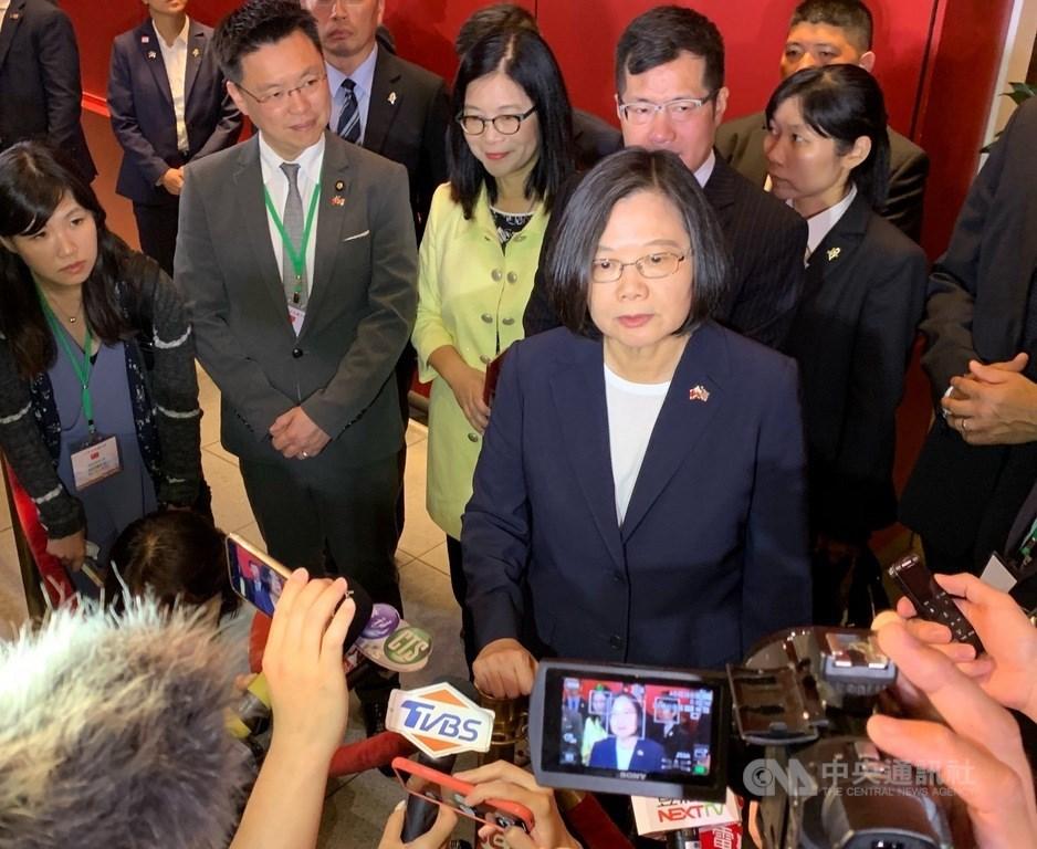 總統蔡英文(前右)11日(美東時間)回應香港議題表示,香港人民這段時期以來走上街頭表達希望有民主與自由、希望人權被尊重,她希望香港政府必須回應人民的希望與訴求,讓香港社會可以回歸穩定。中央社記者張新偉紐約攝 108年7月12日