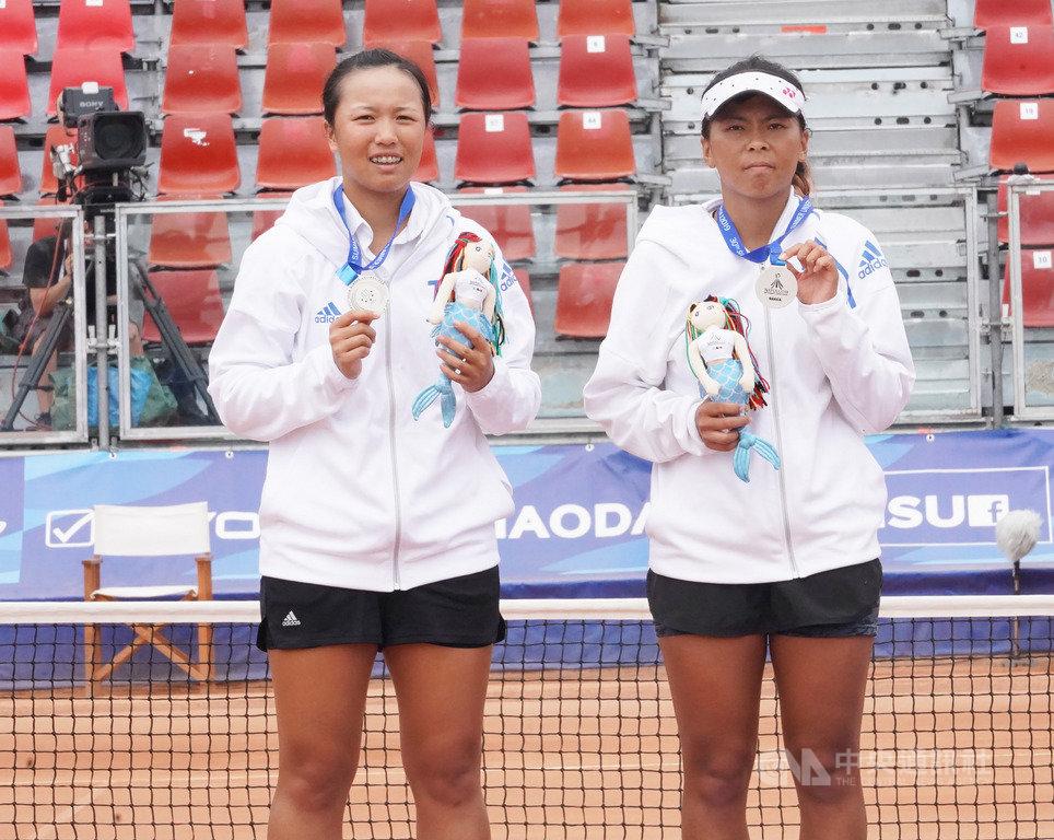 台灣網球好手李亞軒(左)與李珮琪(右)12日在2019拿坡里世界大學運動會網球女雙金牌戰,不敵中國大陸組合,拿下銀牌。(大專體總提供)中央社記者龍柏安傳真  108年7月12日