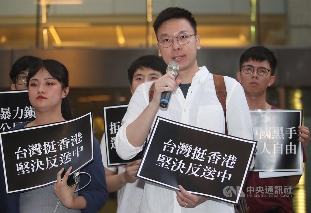 太陽花學運領袖林飛帆將接任民進黨副秘書長,預計15日人事發布後上任。圖為林飛帆(前右)日前聲援香港「反送中」。(中央社檔案照片)