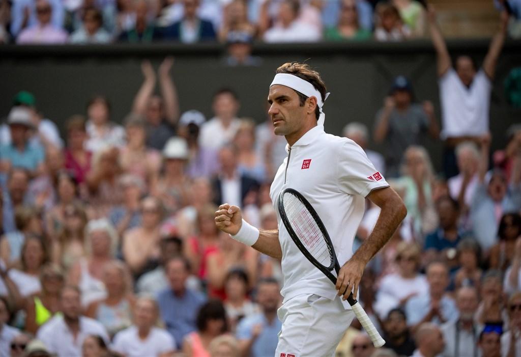 37歲瑞士網球名將費德瑞(圖)12日擊敗33歲西班牙蠻牛納達爾,溫網決賽將與尋求衛冕的喬科維奇對決。(圖取自twitter.com/Wimbledon)