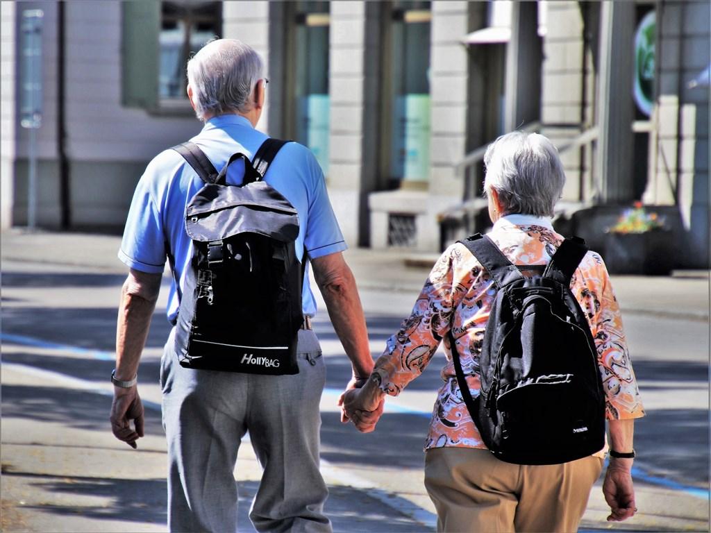 台灣2018年邁入高齡社會,更將於2026年步入超高齡社會。專家建議,產業界應擁抱銀髮商機,一同壯大市場、分食銀髮大餅。(示意圖/圖取自Pixabay圖庫)