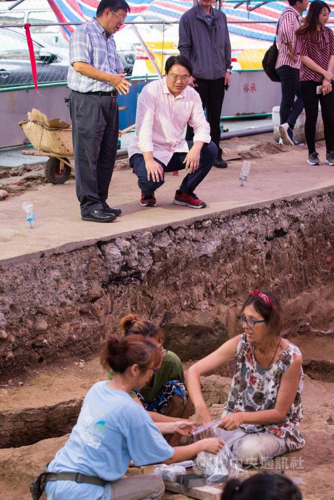 基隆市和平島平一路停車場考古有新進展,考古團隊近日挖掘出2座墓葬和2具遺骸。基隆市長林右昌(後左2)日前前往遺址探班,感謝即將離台的西班牙團隊提供專業協助。(基隆市政府提供)中央社記者王朝鈺傳真  108年7月14日