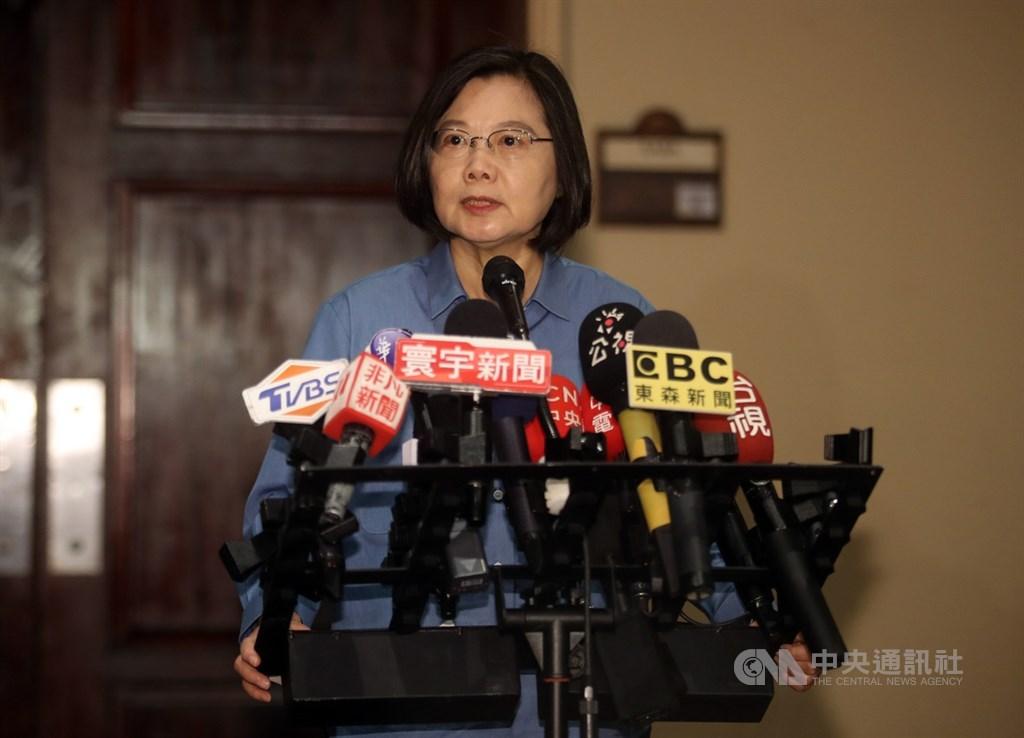 高雄市長韓國瑜在國民黨總統初選中勝出,總統蔡英文(圖)15日對此表示恭喜並強調,2020這場選戰,關乎台灣能不能守衛自己的民主生活方式,民進黨要團結打贏這場選戰。中央社記者張新偉聖克里斯多福攝 108年7月15日