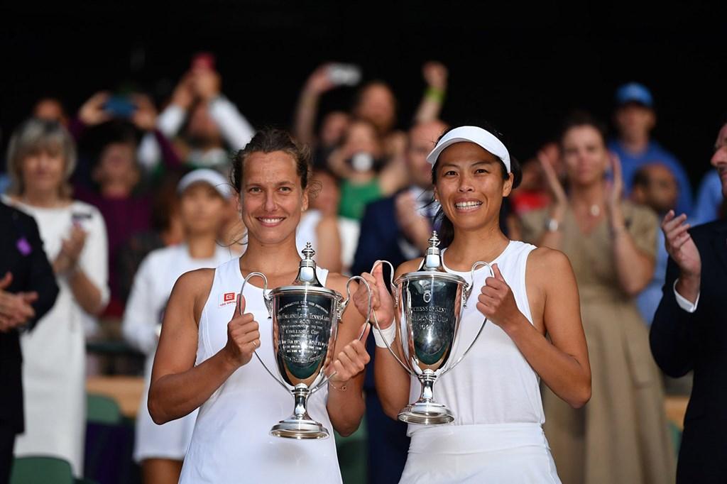 台灣網球一姊謝淑薇(右)和捷克搭檔史翠可娃14日在溫網女雙決賽,奪下個人第3座大滿貫賽冠軍。(圖取自溫網網頁wimbledon.com)