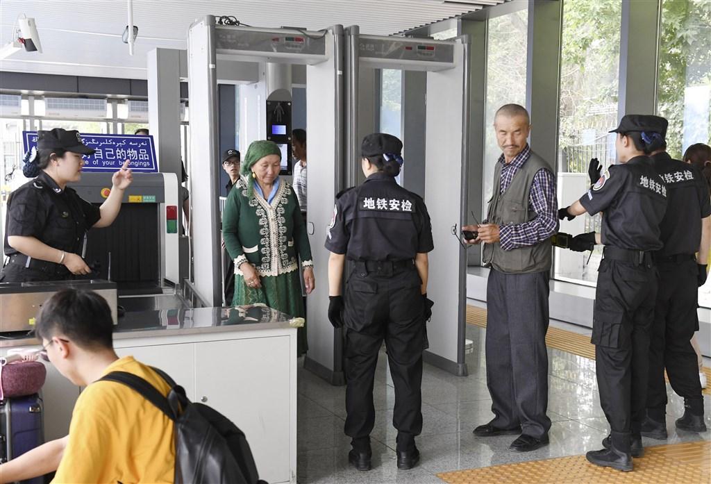 外媒報導,儘管新疆已有估計100萬維吾爾族和大多是穆斯林的突厥語系少數民族遭到拘留,但來訪的遊客只能見到一個創造出的平行世界。圖為新疆民眾通過地鐵站安檢。(檔案照片/共同社提供)