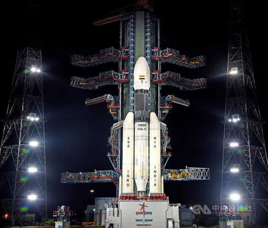 印度太空研究組織(ISRO)15日凌晨在安德拉省斯利哈里柯塔太空中心以同步軌道衛星運載火箭3號搭載「月球飛船二號」準備倒數升空,因技術故障取消。(印度太空研究組織提供)中央社記者康世人新德里傳真  108年7月15日