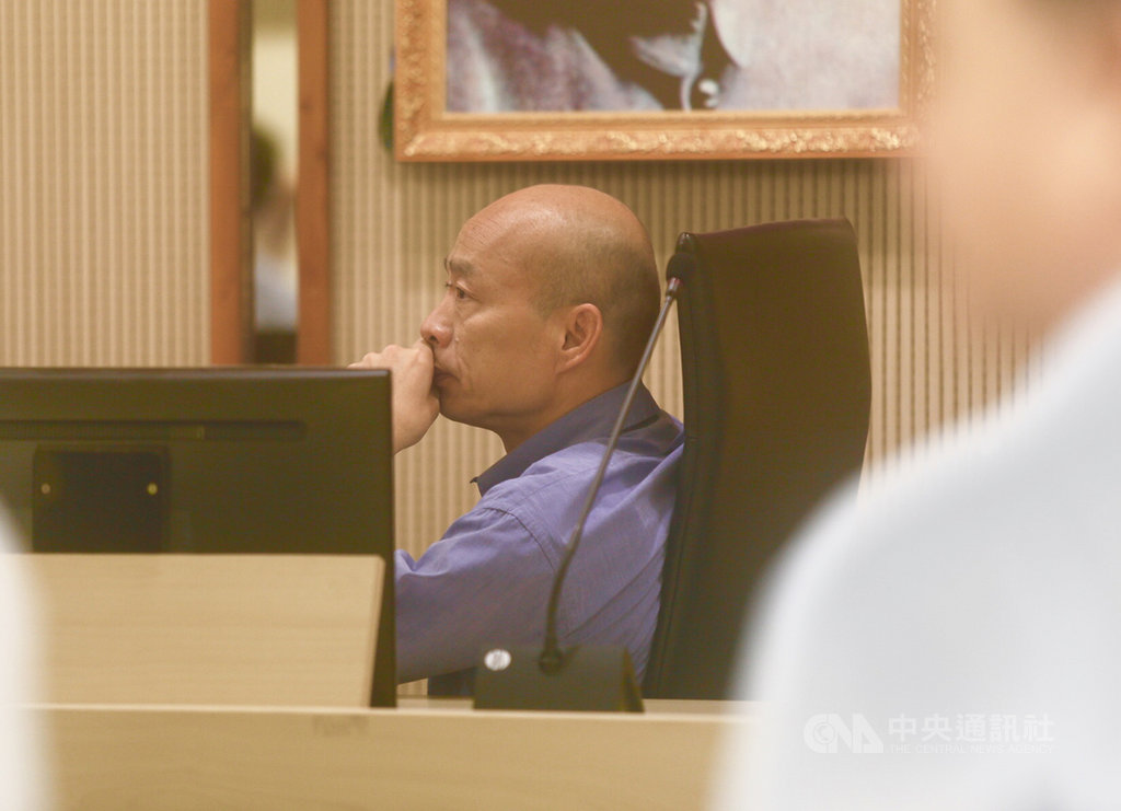 高雄市長韓國瑜(圖)在國民黨總統初選勝出,16日返回高雄市政府鳳山行政中心主持市政會議,面對可能增強的颱風,他指示團隊要做到「零災害」。中央社記者董俊志攝 108年7月16日