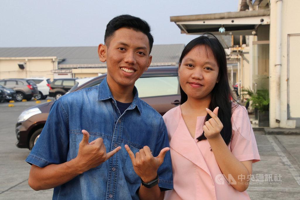 台灣製造業7月起可直聘首度赴台工作的印尼移工,新光紡織率先響應,招募9名印尼移工,今年20歲的甘尼(左)與安吉率先在7月11日獲得簽證。(中央社檔案照片)