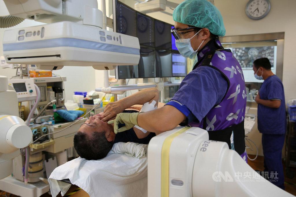 花蓮65歲林姓男子臉部疼痛,以為是牙痛,拔了一顆牙後,疼痛卻未改善,經花蓮慈濟醫院麻醉部疼痛科主任王柏凱(右)確診為三叉神經痛,以「高頻熱凝療法」搭配藥物治療,終獲改善。(花蓮慈濟醫院提供)中央社記者李先鳳傳真 108年7月16日