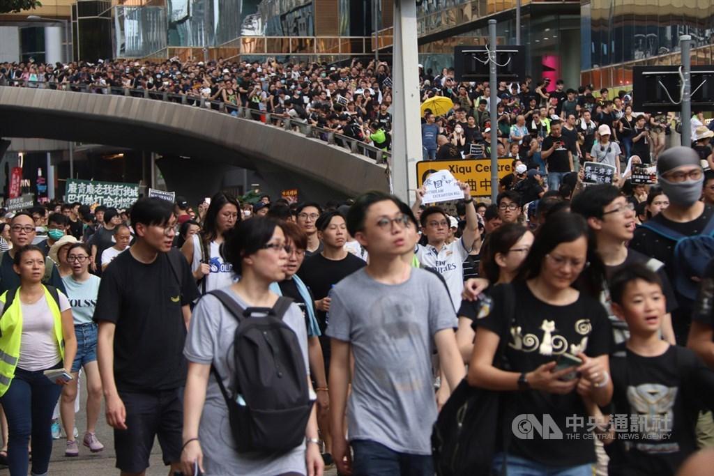 香港民眾持續發起「反送中」遊行,陸客最多的尖沙咀旅遊區日前也聚集大批民眾。(中央社檔案照片)