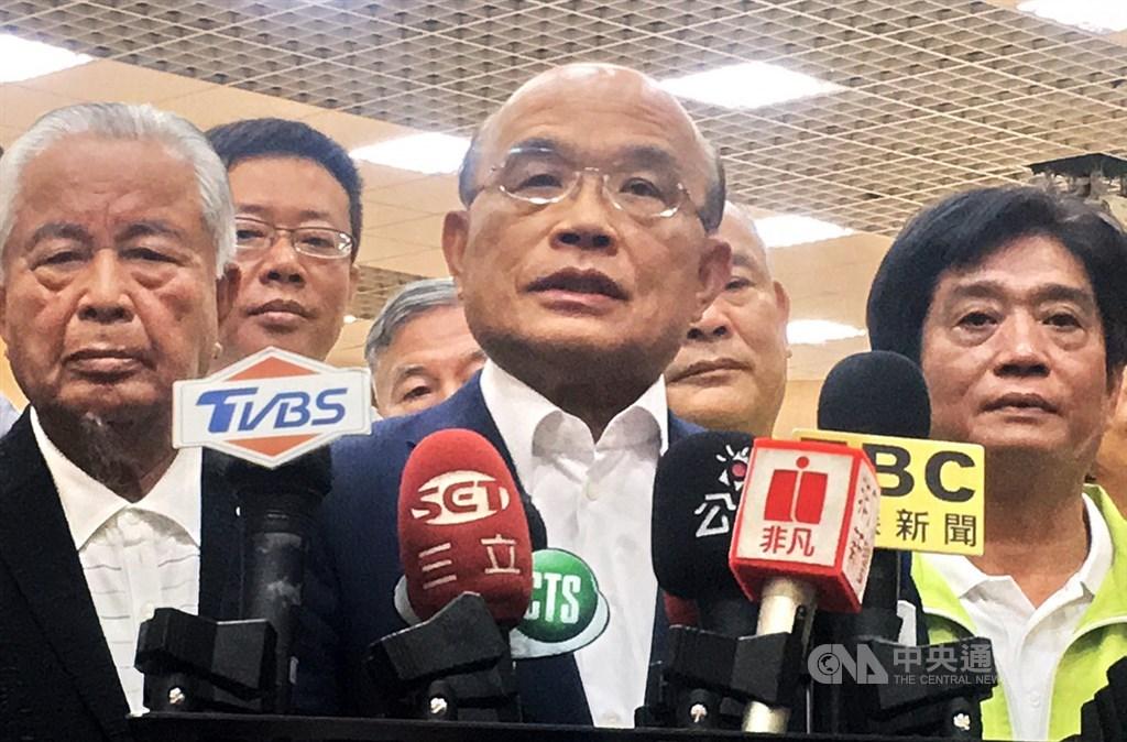 輕度颱風丹娜絲可能來襲,行政院長蘇貞昌(中)16日要求各部會落實防颱。(中央社檔案照片)