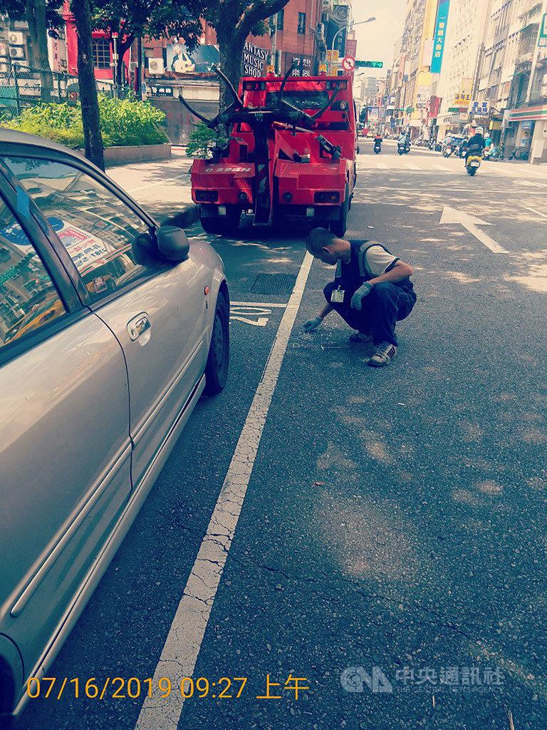 台北市停車管理工程處展開拖吊移置「久占停車格位車輛」,其中一輛停在西寧南路停車格上的汽車,停車時間超過5個月,累積欠費達新台幣8萬餘元,為停最久的一輛汽車。(台北市停管處提供)中央社記者梁珮綺傳真 108年7月16日