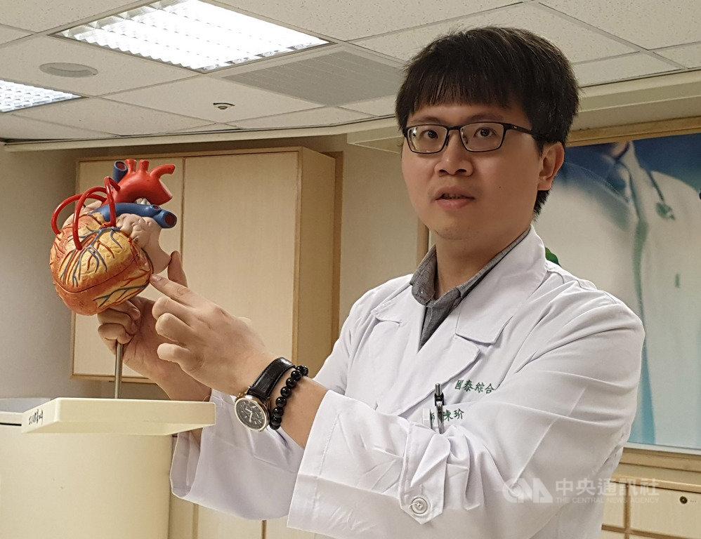 國泰綜合醫院心血管中心主治醫師陳玠宇16日表示,一般來說,80%的缺氧性心臟病人會有胸悶、胸痛或喘等症狀,另有約16%患者有非典型症狀,可能以上腹部、前下頸部、下牙床痛等方式表現。中央社記者陳偉婷攝 108年7月16日