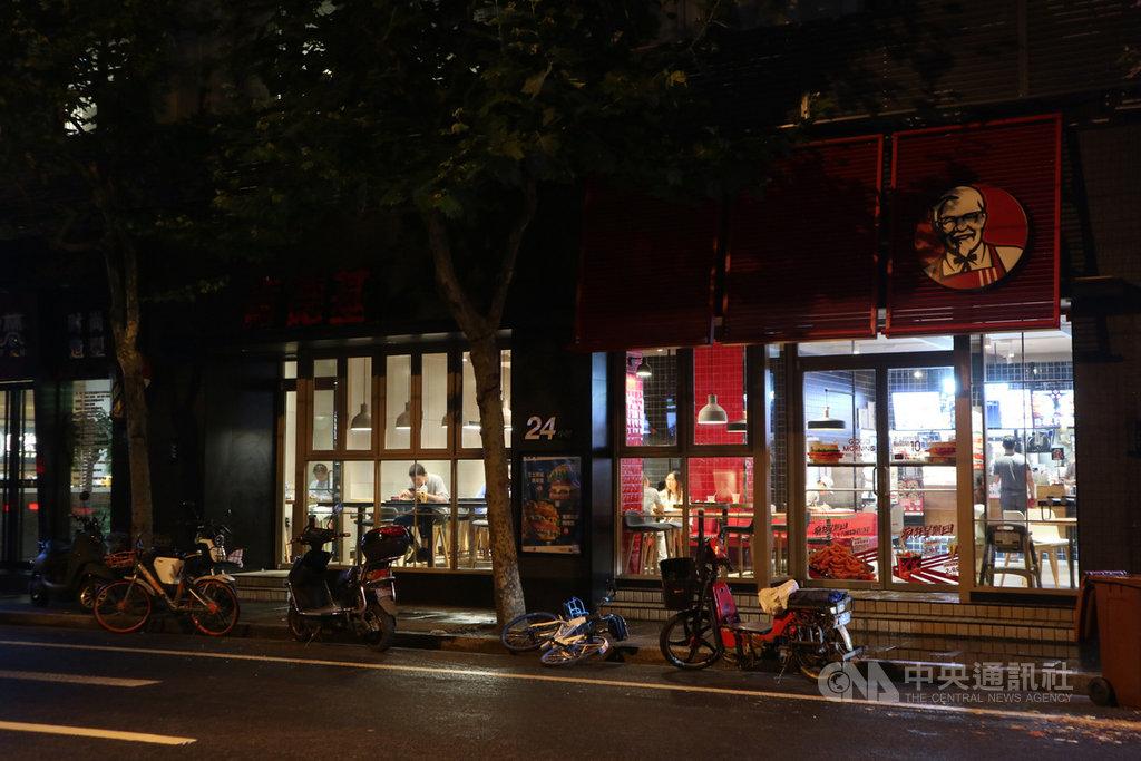 中國官方近來力主發展夜間經濟,吸引許多業者搭便車。中國肯德基15日起在10城市開賣川味宵夜,賣起麻辣燙、滷味,讓外界驚艷。圖為16日深夜11時位於上海西康路的一家24小時營業的肯德基門市。(資料照片)中央社記者陳家倫上海攝 108年7月17日