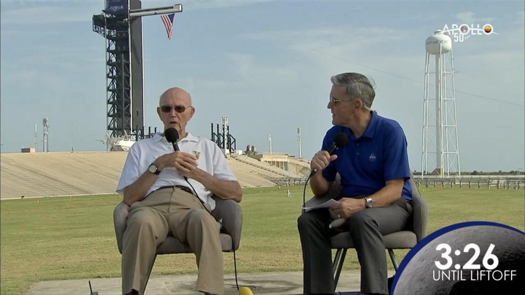 1969年執行阿波羅11號計畫的太空人柯林斯(左)16日回到甘迺迪太空中心發射場,為持續一週的紀念活動拉開序幕。(圖取自facebook.com/NASA)