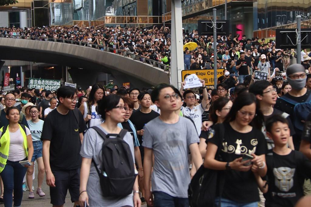 香港反送中抗爭持續延燒,根據民調,香港律政司長鄭若驊與保安局長李家超的支持率也大跌。圖為民眾7日針對陸客最多的尖沙咀旅遊區再次發起遊行。(中央社檔案照片)