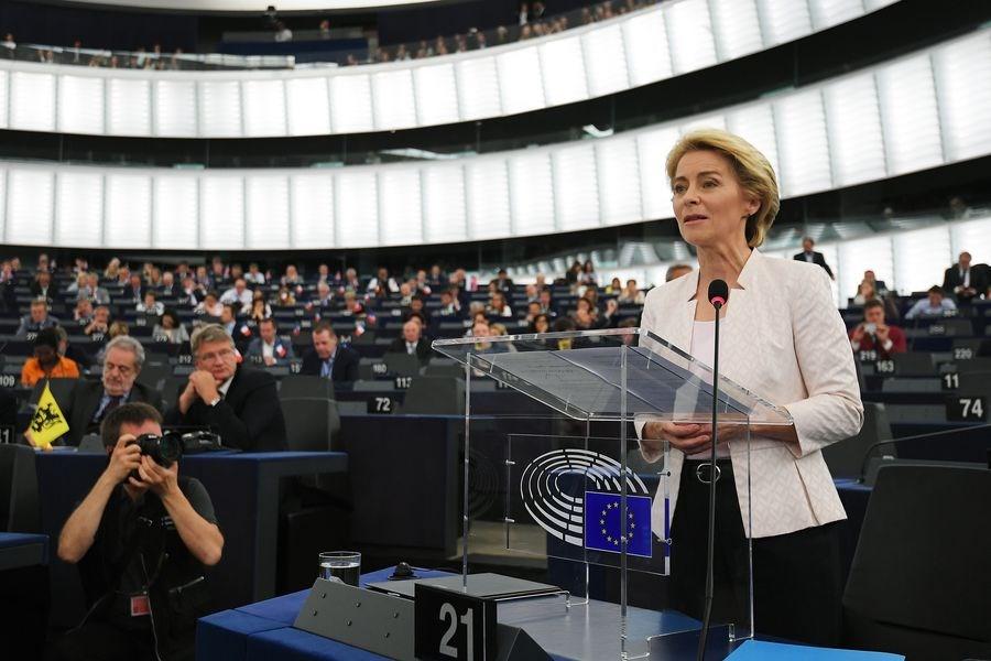德國史上首位女性國防部長、被視為總理梅克爾心腹的范德賴恩(前右)16日再創紀錄,成為歐盟執行委員會首位女性主席。(法新社提供)