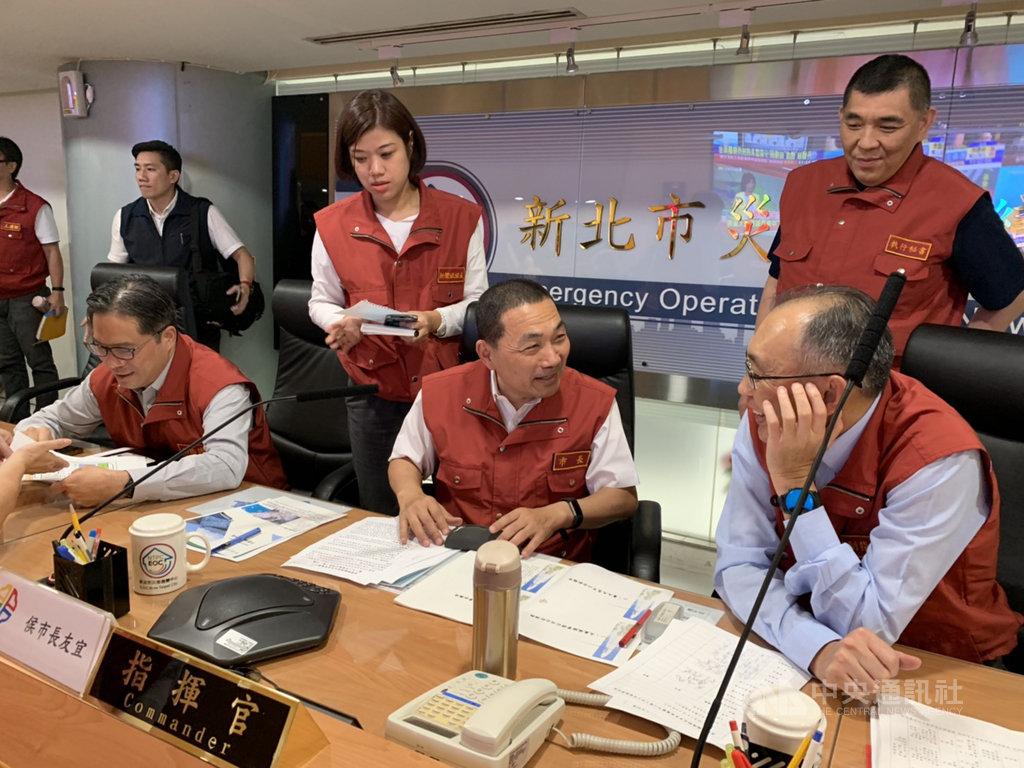 颱風丹娜絲漸漸遠離台灣,但受到颱風外圍環流影響,仍可能有局部大雨,原在北歐參訪的新北市長侯友宜(前中)提前回台,18日一早坐鎮市府主持丹娜絲颱風災害應變中心第一次工作會報。中央社記者葉臻攝 108年7月18日