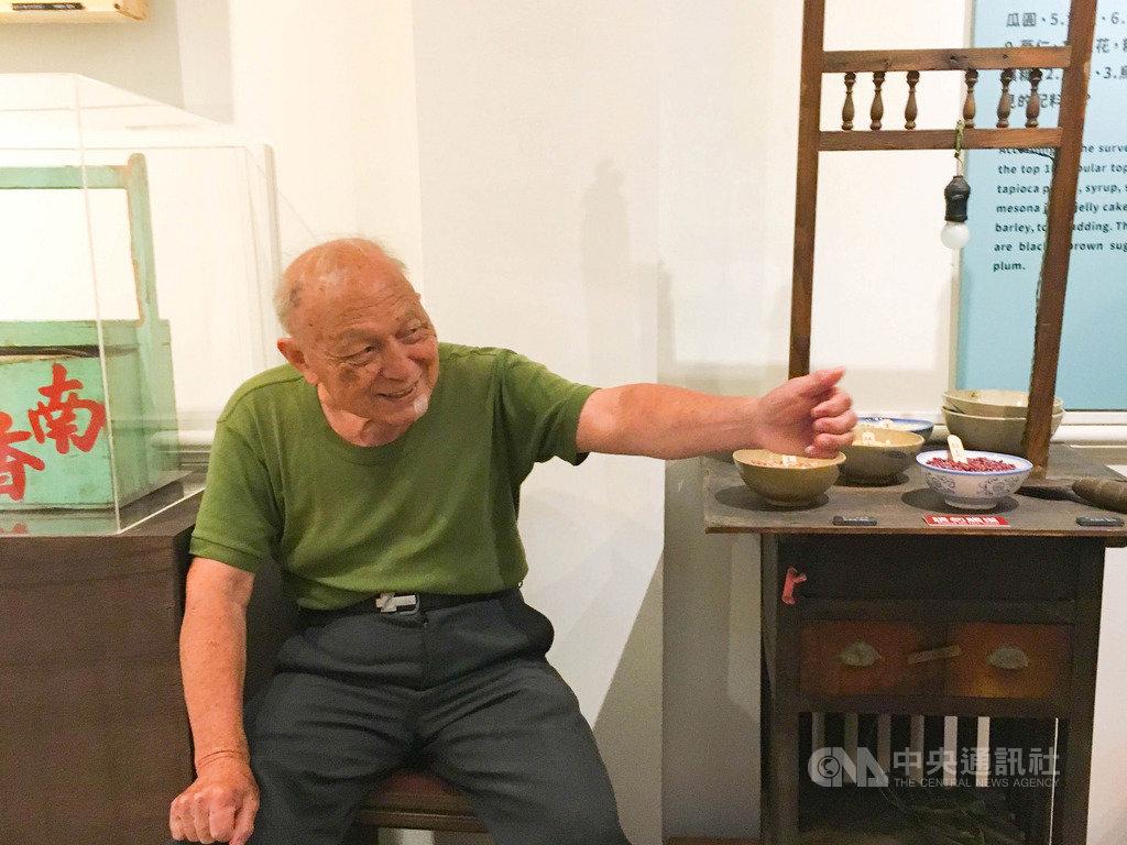 迪化二0七博物館在炎炎夏日推出特展「食涼–夏日的滋味」,特別邀請高齡84歲、北市僅存的手工銼刀剉冰達人高伯伯,分享從新台幣1元賣到45元的台灣剉冰史。中央社實習記者簡毅慧攝 108年7月18日
