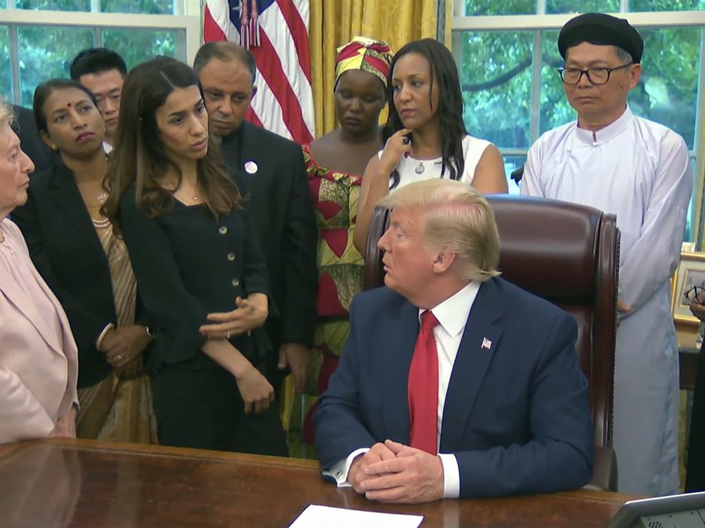 諾貝爾和平獎得主穆拉德(前排左2)17日會見美國總統川普(前排右1),但川普卻問她「你拿過諾貝爾獎?那真難以置信,他們為什麼給妳這個獎?」(圖取自白宮YouTube網頁youtube.com)