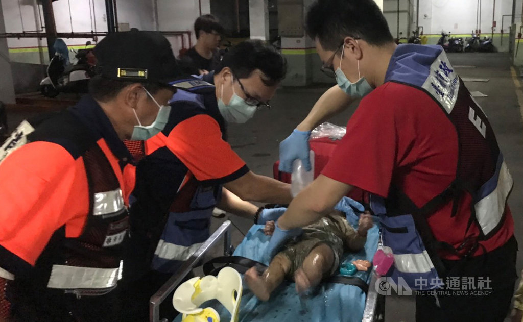 台南市消防局18日晚間獲報,一名出生8個月的女嬰疑因家人沒有抱好,掉落到地下機械式停車場2公尺深的駐車坑中,消防人員趕往救護,將女嬰救起後送醫治療。(翻攝照片)中央社記者張榮祥台南傳真  108年7月18日