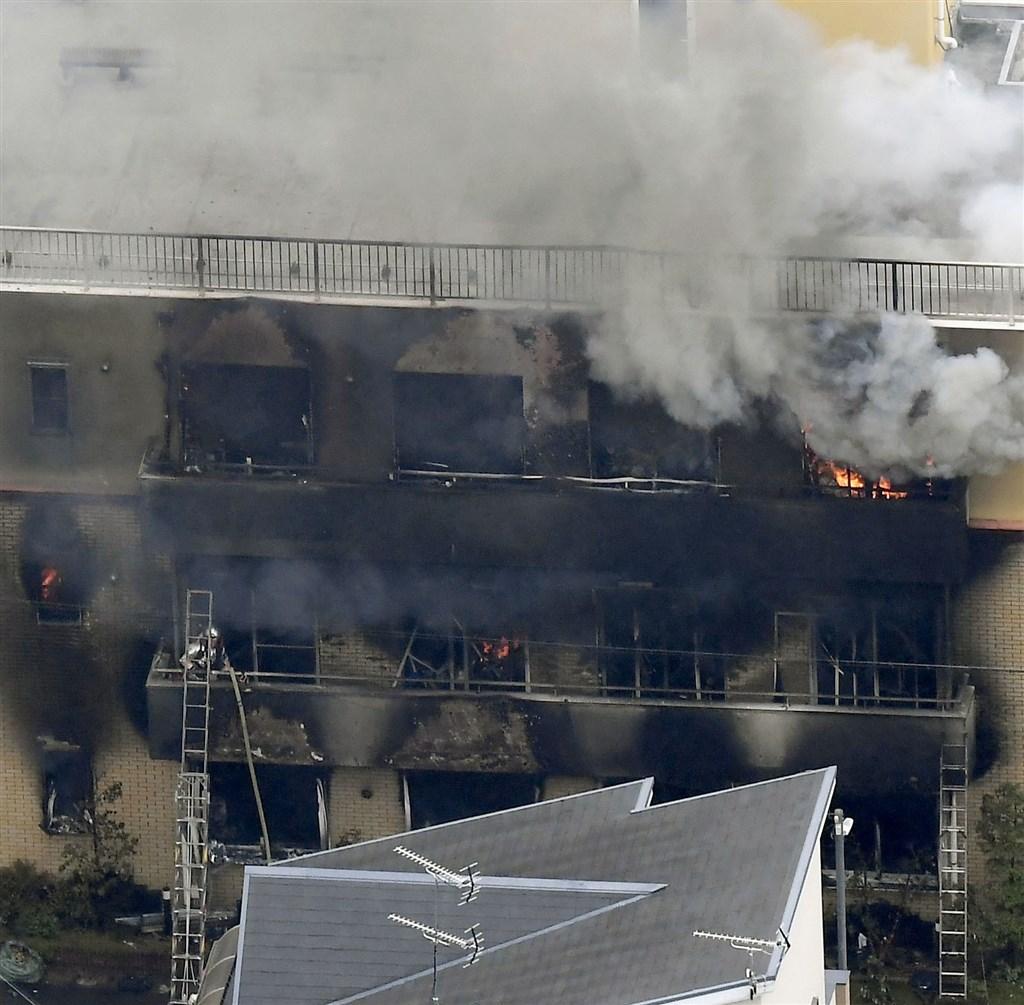 日本「京都動畫」位於京都市伏見區的工作室18日上午疑遭縱火,3層樓建築物幾乎全燒毀,造成嚴重傷亡。(共同社提供)